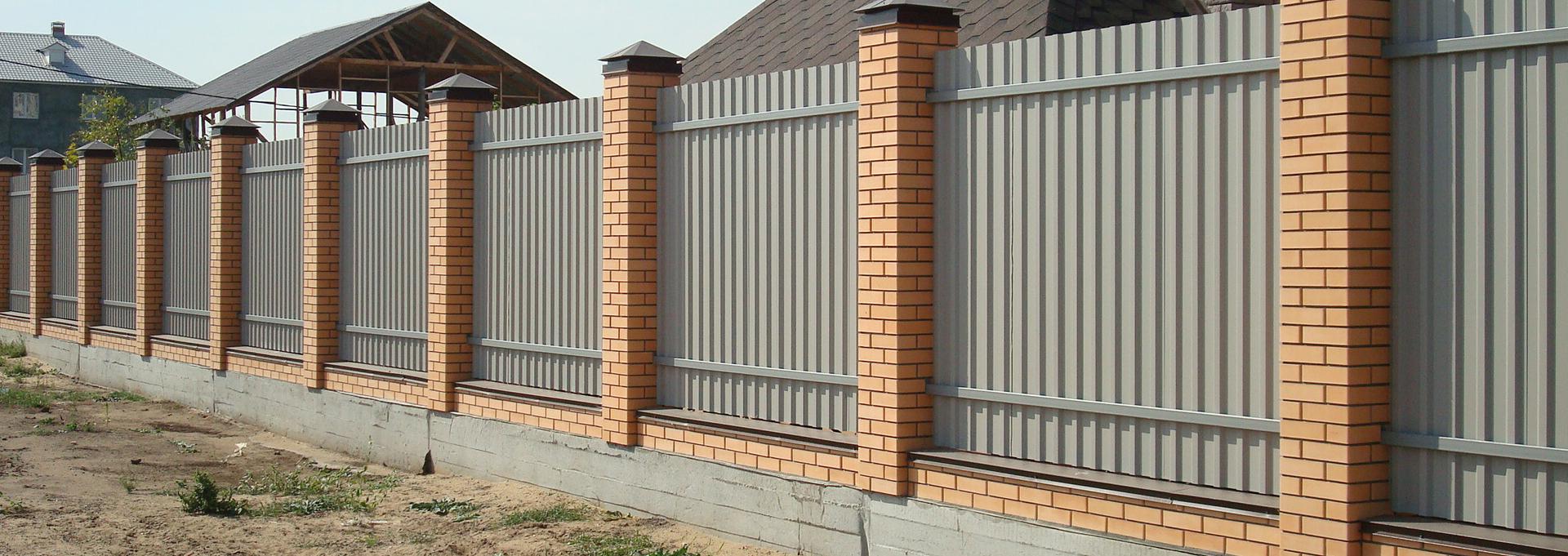 Забор из кирпича и металлопрофиля фото