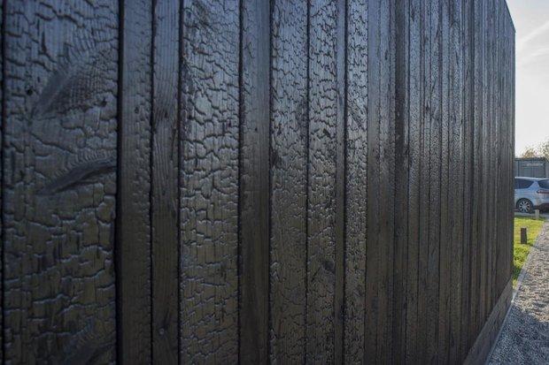 Забор из обожженной древесины