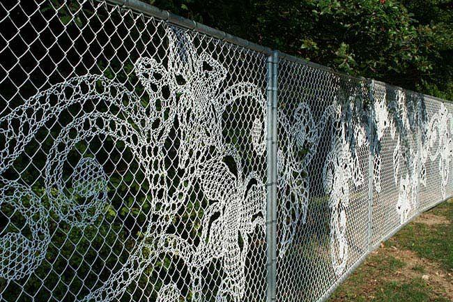 кружевной забор из сетки рабицы