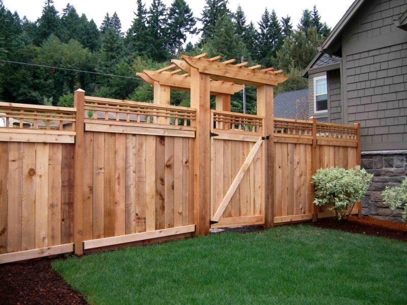 Виды деревянных заборов и их особенности
